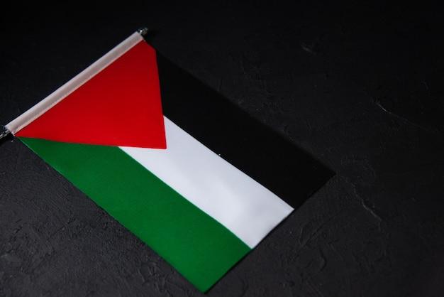 Oben ansicht der flagge von palästina auf dunkler oberfläche