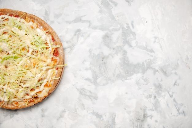 Oben ansicht der köstlichen hausgemachten veganen pizza auf der rechten seite auf fleckiger weißer oberfläche mit freiem platz