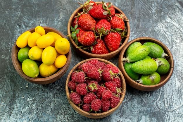 Oben ansicht der sammlung von frischen früchten in eimern auf der linken seite auf dunklem hintergrund