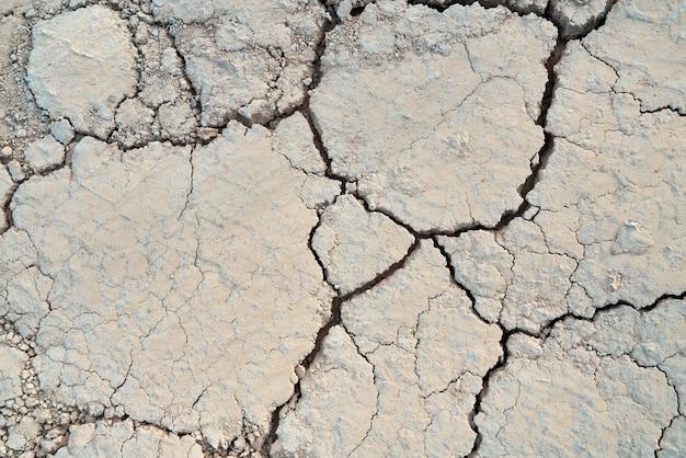 Oben ansicht der textur knisterte ton in der wüste.