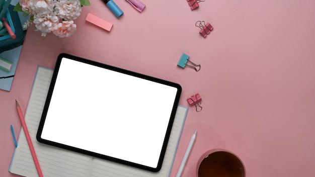 Oben ansicht des modernen weiblichen arbeitsbereichs mit digitalem tablett
