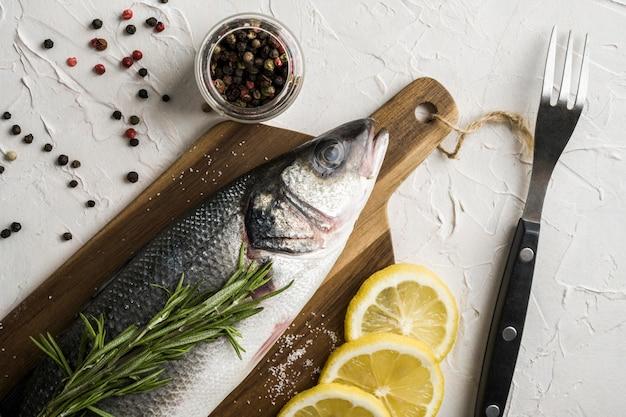 Oben ansicht fisch mit kräutern und zitrone