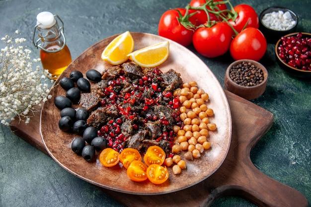 Oben ansicht leckere fleischscheiben gebratene mahlzeit mit früchten innerhalb platte auf dunkelblauem hintergrund