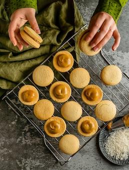 Oben ansicht leckere kekse mit sahne
