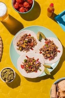 Oben ansicht leckere tacos auf teller