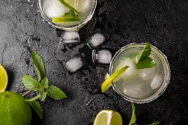 Oben ansicht leckeres getränk mit limette