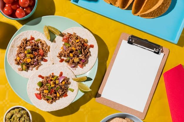 Oben ansicht mexikanisches essen auf teller
