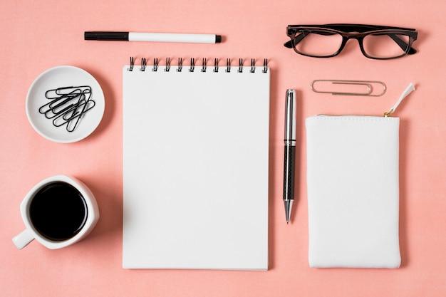 Oben ansicht notizbuch und kaffeetasse