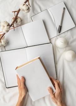 Oben ansicht notizbücher und baumwollarrangement