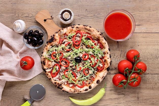 Oben ansicht pizza auf hölzernem hintergrund