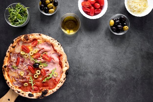 Oben ansicht pizza und toppings anordnung