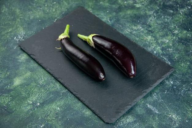 Oben ansicht schwarze aubergine auf dunklem hintergrund
