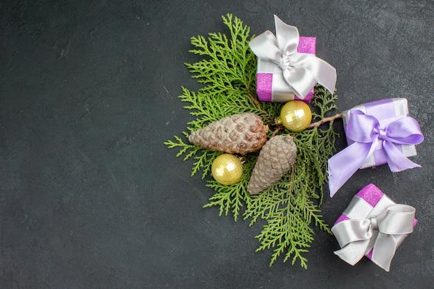 Oben ansicht von bunten geschenken und dekorationszubehör auf dunklem hintergrund