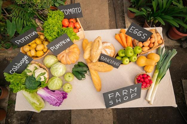 Oben ansicht von verschiedenen sortimenten von obst, gemüse und brot für den verkauf im hofladen