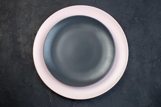 Oben blick auf bunte keramikplatten auf schwarzem hintergrund mit freiem platz