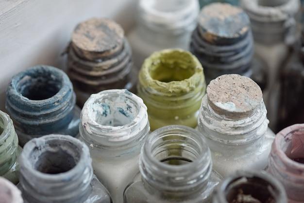 Oben blick auf gouache-flaschen in holzkiste, kunstversorgungskonzept