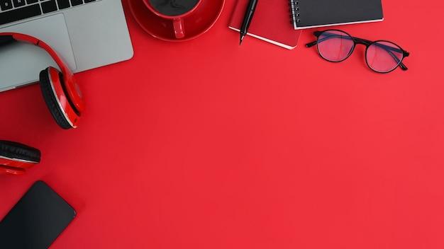 Oben geschossene kreative lieferungen auf rotem tischhintergrund.
