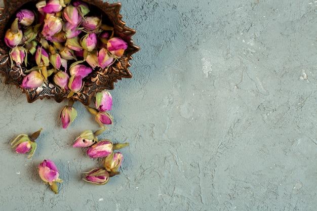 Oben getrocknete rosenknospen auf blau