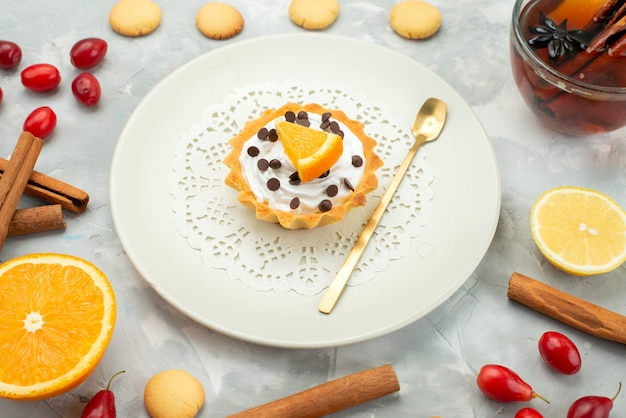 Oben nahansicht kleiner kuchen mit tee-zimt-keksen auf der hellen oberfläche