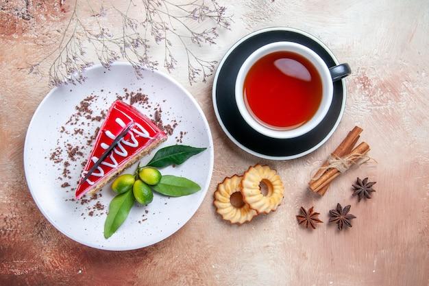 Oben nahaufnahme ansicht eines kuchens ein appetitlicher kuchen eine tasse tee kekse sternanis zimtstangen