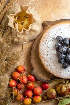 Oben nahaufnahme ansicht eines kuchens ein kuchen auf dem brett schokoladenbeeren bonbons weizenohren