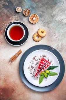 Oben nahaufnahme ansicht eines kuchens eine tasse tee ein kuchen mit saucen zitrusfrüchten kekse zimt