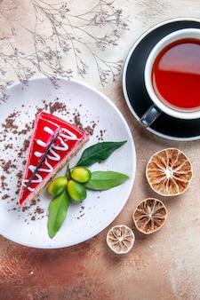 Oben nahaufnahme ansicht eines kuchens eine tasse tee ein kuchen zitronenbaumzweige