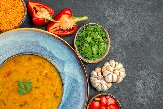 Oben nahaufnahme ansicht linsensuppe kräuter knoblauch tomaten paprika schüssel linsensuppe