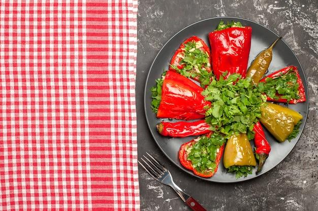 Oben nahaufnahme platte der paprika gabel platte der paprika neben der karierten tischdecke