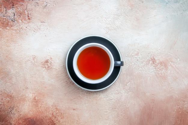 Oben nahaufnahme sehen sie eine tasse tee eine tasse tee auf dem tisch