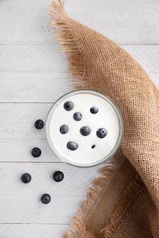 Obenansicht schüssel mit joghurt und blaubeeren