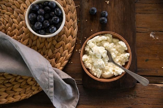 Obenansicht schüssel mit leckerem käse