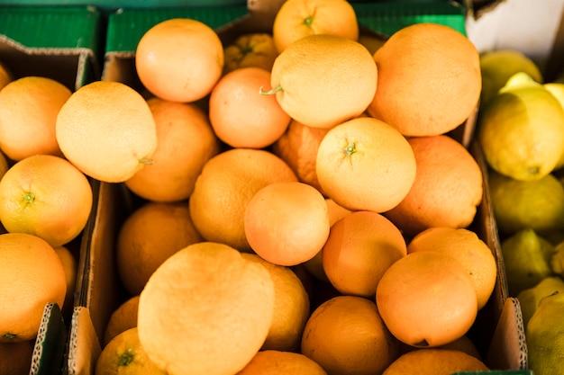 Obenliegende ansicht der saftigen orange am gemischtwarenladenmarkt