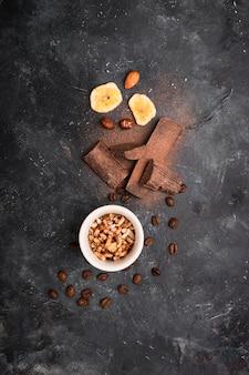 Obenliegende ansicht der schokoladenanordnung