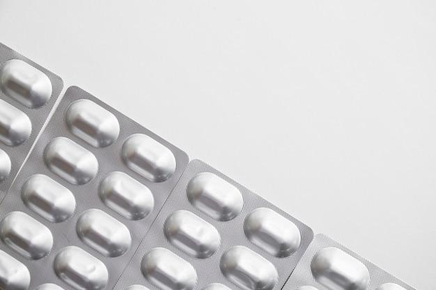 Obenliegende ansicht der silbernen pillenblisterpackung auf weißem hintergrund