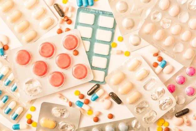 Obenliegende ansicht der unterschiedlichen pillenblisterverpackung