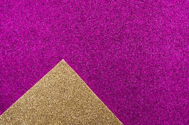 Obenliegende ansicht des goldenen teppichs auf purpurrotem hintergrund