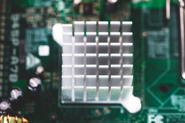 Obenliegende ansicht des kühlkörpers im motherboardstromkreis