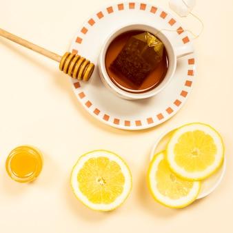 Obenliegende ansicht des organischen tees mit zitronenscheibe und -honig