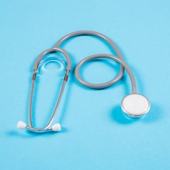 Obenliegende ansicht des stethoskops auf blauem hintergrund