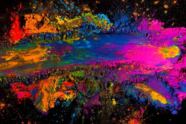 Obenliegende ansicht einer unordentlichen bunten holi farbe
