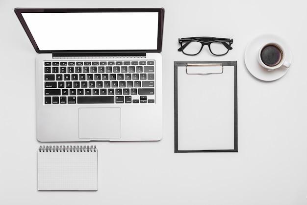 Obenliegende ansicht eines laptops und der kaffeetasse auf schreibtisch