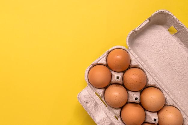 Obenliegende ansicht von braunen hühnereien in einem offenen eierkarton