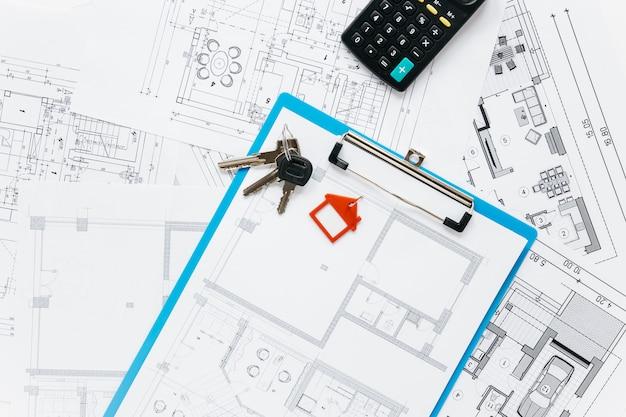 Obenliegende ansicht von immobilienversorgungen auf schreibtisch