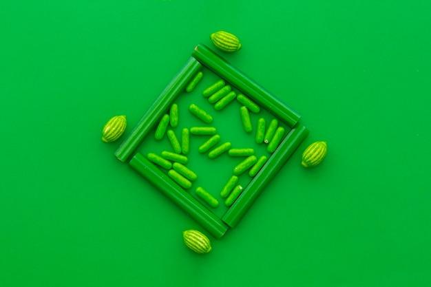 Obenliegende ansicht von klaren süßigkeiten auf grünem hintergrund