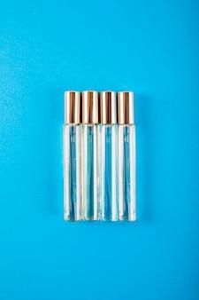 Obenliegende ansicht von parfümflaschen auf blauem hintergrund