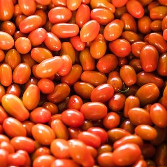 Obenliegende ansicht von tomaten des biologischen erzeugnisses im lokalen markt