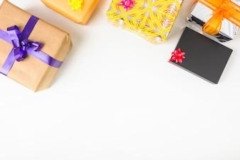 Obenliegende Ansicht von verschiedenen Geschenkboxen auf weißem Hintergrund