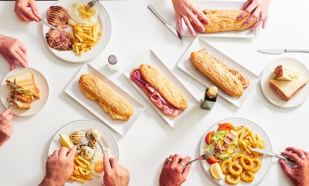 Obenliegender schuss der restauranttabelle mit lebensmittel