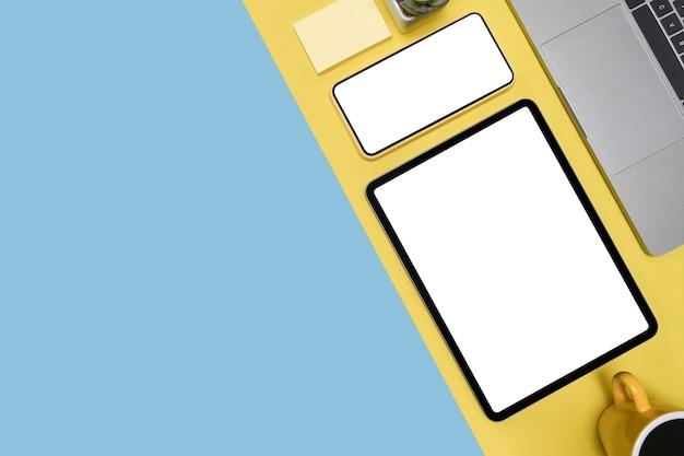 Obenliegender schuss des digitalen tablets, des smartphones und des laptops auf buntem hintergrund.